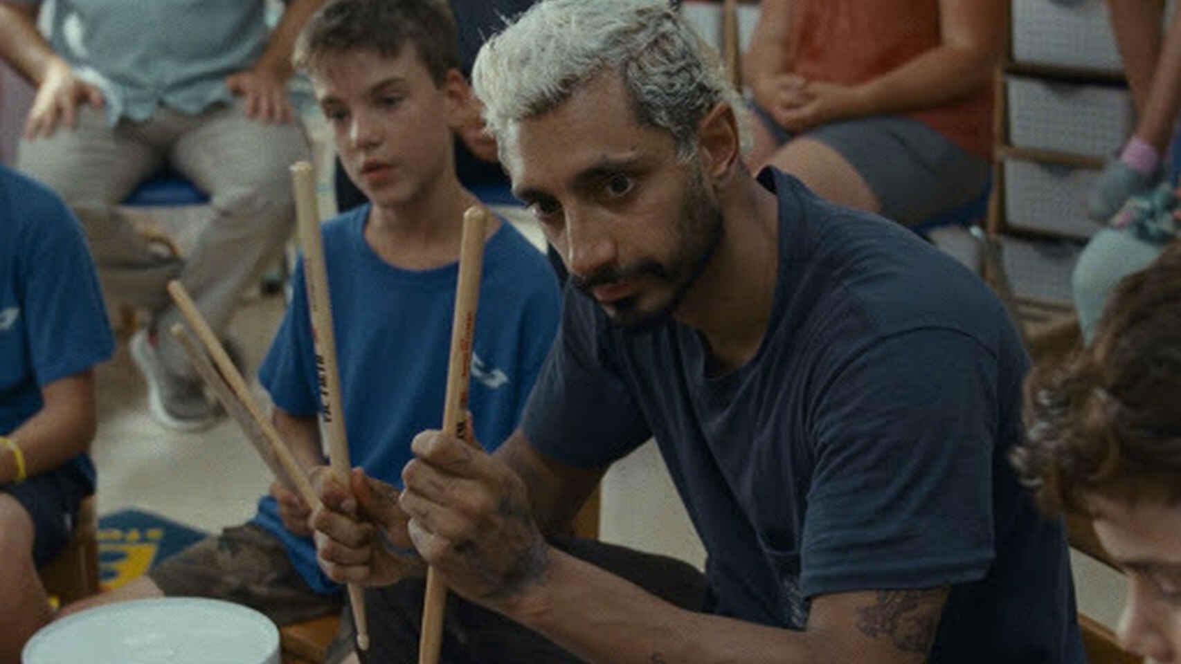 Riz Ahmed enseñando a niños sordos